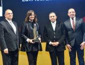تكريم السفيرة نبيلة مكرم وزيرة الهجرة وشئون المصريين بالخارج باحتفالية bt100