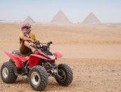 زوجة المذيع العالمى ستيف هارفى تشارك بصور جديدة من أمام الأهرامات