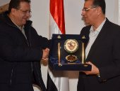 فيديو.. أحمد جلال يهدي درع الزمالك للسفير المصري في تونس