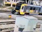 شاهد لحظة اصطدام قطار سريع بسيارة فى لوس أنجلوس ونجاة السائق بأعجوبة