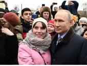 """بوتين يتلقى عرضا للزواج من إحدى فتيات مدينة العرائس """"إيفانوفو"""".. اعرف التفاصيل"""