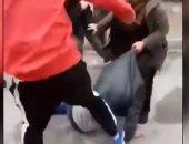أتراك ينهالون بالضرب على لاجئ سوري وسط استغاثات سيدة برفقته.. فيديو وصور