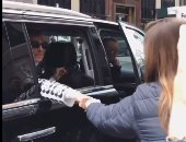 فيديو.. معجبة توقف سيارة سيلين ديون وتغنى لها.. والأخيرة تشجعها