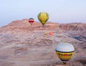 تحليق 15 رحلة بالون تقل 370 سائحا فى سماء الأقصر.. صور