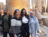 زينة تتحدى كورونا في معبد الأقصر بسيشن صور والسيلفى وسط الجمهور