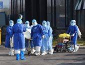 صور.. خروج مريض يبلغ عمره 100 عام من مستشفى بالصين بعد شفائه من كورونا