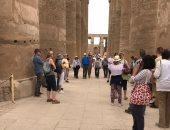 صور.. الأفواج السياحية تتوافد على معبد الأقصر عقب فحصهم بالفنادق والمراكب