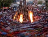 """هنود يواصلون الاحتفالات بمهرجان """"هولى"""" بإشعال النيران"""