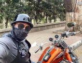 """شاهد حازم إمام """"ملثم"""" على دراجة نارية"""