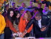 """يسرا تحتفل بعيد ميلادها مع أسرة مسلسل """"دهب عيرة"""".. فيديو"""