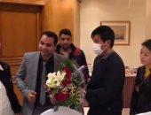 فيديو وصور.. المصريون يقدمون الورود للشاب الصينى ضحية التنمر على الدائرى