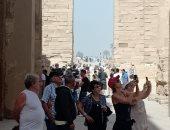 """صور.. """"الأقصر آمنة"""".. إقبال كثيف للأفواج السياحية على المعابد"""