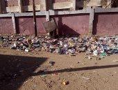 تراكم القمامة ومخلفات الحيوانات أمام المركز الطبى بمدينة بلبيس