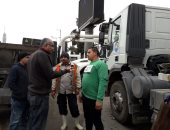 بالصور..رئيس حى الدقى يتابع عمليات إزالة آثار العاصفة بشوارع الحى