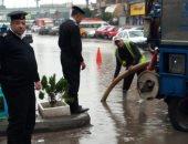 صور ترصد ملاحم إنسانية لرجال المرور أسفل الأمطار بالقاهرة
