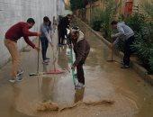 أبطال لقمة العيش.. عمال مصانع بدر يرفعون مياه الأمطار لإنقاذ المنشآت.. صور
