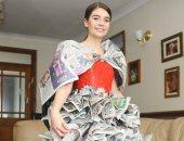 """استخدمت 1000 ورقة.. فتاة أمريكية تصنع فستانا من جرائد صحيفة بريطانية """"صورة"""""""