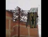 """شاهد لحظة سقوط """"غية حمام"""" من أعلى سطح منزل بالجناين بالسويس بسبب الأمطار"""