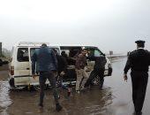 صورة مشرفة..مرور القليوبية يساعد المواطنين في رفع مياه الأمطار وعبور الطرق