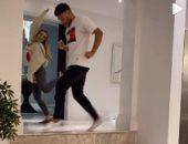 نجم ليفربول يواجه فيروس كورونا بالرقص مع حبيبته بيرى إدواردز.. فيديو