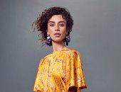 برسوم طبيعية.. تنانير وفساتين مزينة بالزهور وسعف النخيل موضة أزياء الربيع