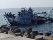 غرق مركب صيد بعد ارتطامه بصخور بغاز رأس البر دون إصابات