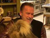 أرنولد شوازنيجر يستمتع بالحجر الصحي بالمنزل بصحبة حمار وحصان وكلب