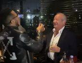 """محمد رمضان ونجيب ساويرس يرقصان على أغنية """"بم بم"""" في حفلة ليلية.. فيديو"""