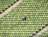 مشجع لفريق بيسبول يحجز 1873 مقعدا ثم يلغيها ليظهر وحيدا فى التليفزيون