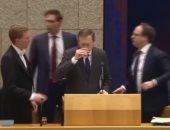شاهد.. لحظة سقوط وزير الصحة الهولندى أثناء مناقشة أزمة فيروس كورونا