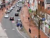الشرطة الألمانية تطوف الشوارع لتحذير المواطنين من الخروج لمواجهة فيروس كورونا