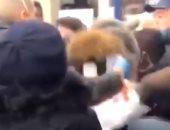مشاجرة بين مواطنين فى طابور سوبر ماركت بفرنسا بسبب كورونا.. فيديو