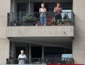 سويسريون يصفقون للأطباء والممرضين من الشرفات تقديرًا لمحاربتهم كورونا.. صور