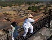 الاحتفال بأعياد الربيع بهرم الشمس فى المكسيك بالملابس البيضاء