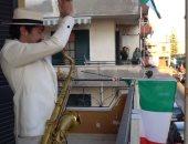 مقاومة الحرب العالمية تعود ضد كورونا بإيطاليا.. أغنية بيلا تشاو تزين شرفات الإيطاليين