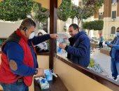توزيع كمامات للوقاية من كورونا على العاملين بمحافظة القاهرة .. صور