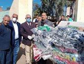 صور.. توزيع أغذية وبطاطين على متضرر سيول بحر البقر بمدينة الحسينية فى الشرقية