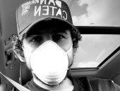 """أحمد حجازي يتحدى كورونا بـ""""كمامة"""" في السيارة"""