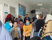 أضبط مخالفة.. زحام بالوحدة الصحية بقرية دملو بالقليوبية لتطعيم الأطفال