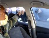 """""""بنت بلد"""".. أمريكية توزع وجبات ومعقمات يدين على المشردين فى الشوارع.. فيديو"""