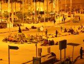 صور.. المسافرون يفترشون أمام محطة مصر انتظارًا لبدء حركة القطارات