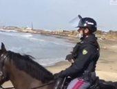 راكب أمواج يُفاجأ بالشرطة تنتظره على شاطئ بروما بعد خرقه حظر التجول.. فيديو