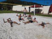 نيمار يتجاهل كورونا ويستجم مع أصدقائه بملعب كرة طائرة شاطئية.. صور