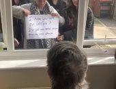 """""""بالدموع والإشارات"""".. عائلة بريطانية تتطمئن على جدتها من خلف الزجاج بسبب كورونا"""