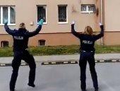 على صوت الموسيقى..شرطة بولندا ترفه عن الأهالى بالرقص أمام شرفات منازلهم..فيديو