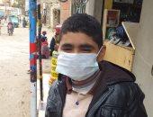 """بالجوانتى والكمامة.. """"محمد"""" من المنيا يشارك فى مبادرة الوقاية من كورورنا"""