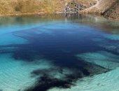 """لمنع التجمعات..شرطة بريطانيا تعكر بحيرة سياحية بمادة سوداء بسب تفشى """"كورونا"""""""