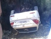 إصابة مواطن وزوجته فى إنقلاب سيارة بترعة جانبية أمام قرية طفنيس بالأقصر