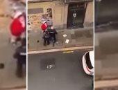 فيديو.. الشرطة الإسبانية تعتدى على شاب خرج بالحظر وسحلت والدته لدفاعها عنه