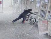 استغل هدوء الشارع.. لص يسرق دراجة لموظفة خلال عملها ضمن فريق مكافحة كورونا